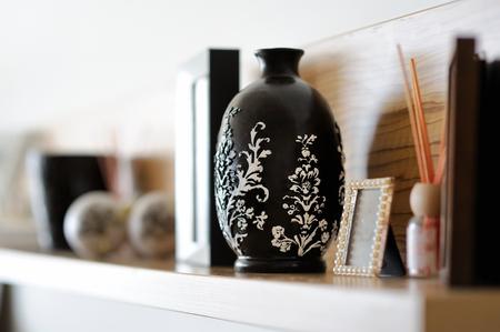 素敵な内装のリビング ルームで花瓶のクローズ アップ