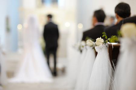 婚禮: 在教堂美麗的花朵裝飾的婚紗 版權商用圖片