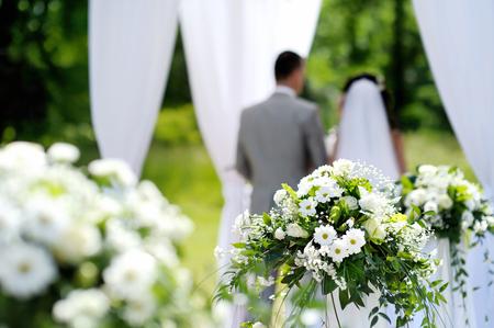 matrimonio feliz: Decoraciones de flores blancas durante la ceremonia de la boda al aire libre