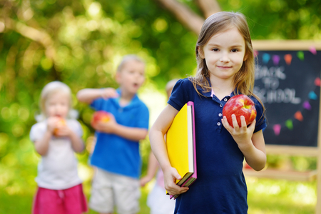 Adorable petite écolière se sentir extrêmement heureux de retourner à l'école Banque d'images - 41113010