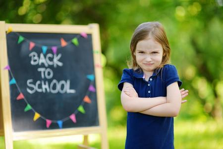 niños en la escuela: Colegiala adorable sentirse descontentos con volver a la escuela