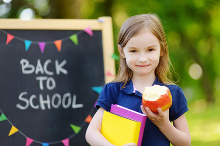 Schattige kleine schoolmeisje gevoel zeer enthousiast over gaan terug naar school Stockfoto