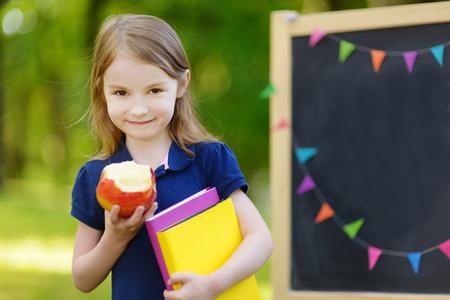 colegiala: Colegiala adorable sentirse muy emocionado por volver a la escuela