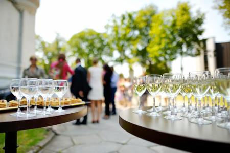 いくつかのお祭りのイベント中にワイングラスがたくさん 写真素材