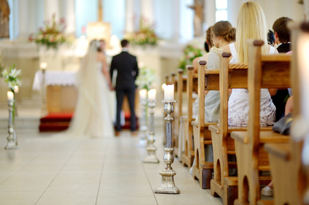 Hermosa decoración de la boda de la vela en una iglesia durante la ceremonia de la boda Foto de archivo