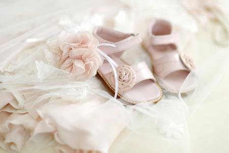 battesimo: Neonata battesimo scarpe e la fascia del fiore Archivio Fotografico