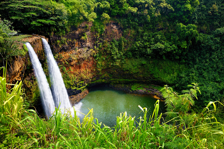 Majestic twin Wailua waterfalls on Kauai, Hawaii 스톡 콘텐츠