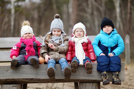 niños sanos: Cuatro niños que se divierten en primavera o finales de otoño