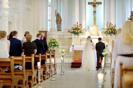결혼식 동안 교회에서 신부와 신랑 스톡 콘텐츠
