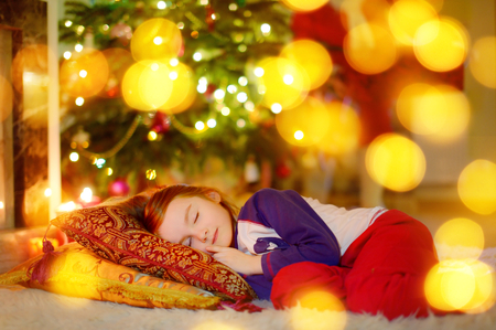 under fire: Adorable ni�a durmiendo bajo el �rbol de Navidad por una chimenea en la v�spera de Navidad