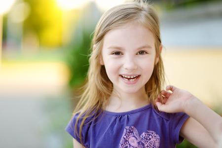사랑스러운 작은 소녀는 그녀의 우유 치아 손실