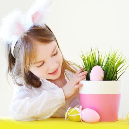 petite fille avec robe: Adorable petite fille portant oreilles de lapin sur le jour de P�ques