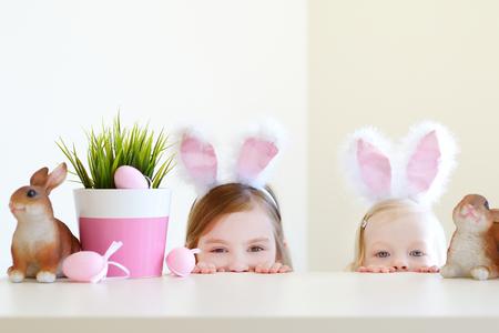 oreja: Dos peque�as hermanas adorables que llevan orejas de conejo el d�a de Pascua Foto de archivo