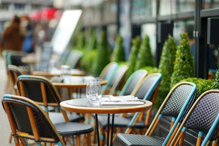 fila: Café al aire libre acogedor en París, Francia Foto de archivo