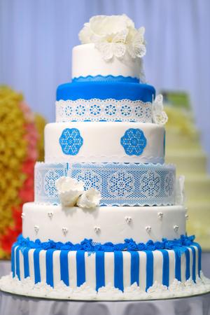 pastel de bodas: Pastel de boda grande decorado con flores de color azul
