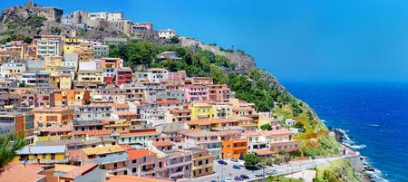 case colorate: Case colorate e un castello della città di Castelsardo in Sardegna