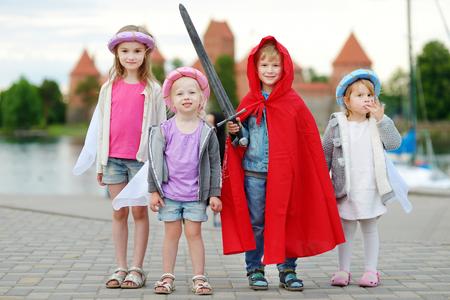 rycerz: Cztery dzieci w księżniczek i kostiumy rycerskie zabawy na świeżym powietrzu