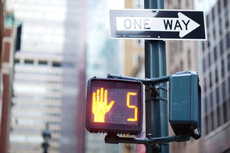 señal de transito: No camine señal de tráfico de Nueva York el fondo borroso