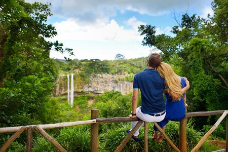 luna de miel: Joven pareja disfrutando vista perfecta en Chamarel cae de Mauricio