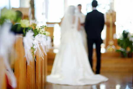 Mooie bloem bruiloft decoratie in een kerk tijdens katholiek huwelijksceremonie