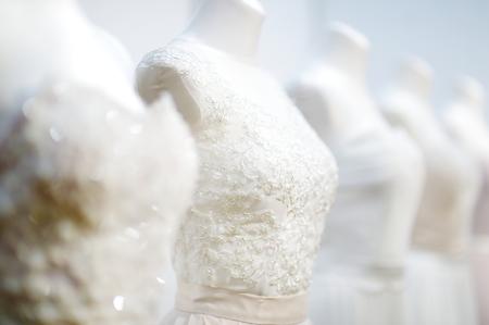 마네킹에 아름다운 웨딩 드레스