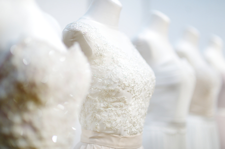 Vackra bröllopsklänningar på en skyltdockor Stockfoto