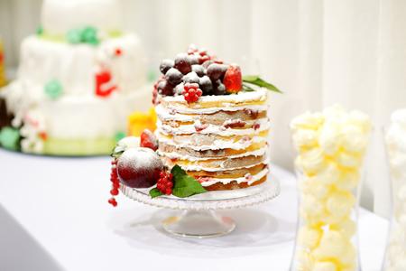 pastel boda: Delicioso pastel de bodas decorada con frutas