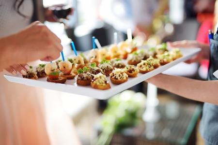 camarero: Camarero llevando platos con plato de carne en alg�n evento, fiesta o una boda recepci�n festiva