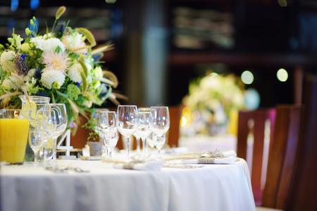 bodas de plata: Mesa puesta Hermosa para algún evento, fiesta o una boda recepción festiva