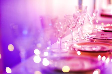 Tabel voor een evenement feest of bruiloftsreceptie in paars licht