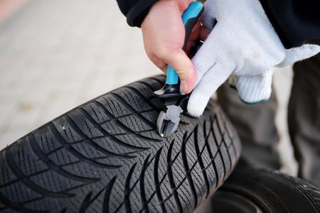 타이어 밖으로 손톱을 당기기