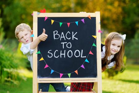 school bag: Dos pequeños niños de colegio adorables sentirse muy emocionado por volver a la escuela
