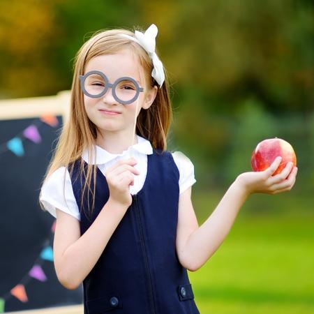 Roztomilá školní dívka, velmi vzrušená, že se vrátí do školy