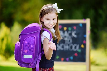 Rozkošná holčička pocit nadšeni se vrací do školy