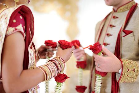 Verbazend hindu huwelijksceremonie. Details van traditionele Indiase bruiloft. Prachtig ingericht Hindoe bruiloft accessoires. Indische huwelijk tradities. Stockfoto