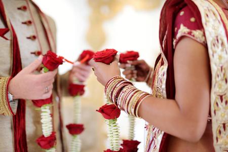 Geweldige hindoe huwelijksceremonie. Details van traditioneel Indisch huwelijk. Prachtig gedecoreerde hindoe trouwaccessoires. Indiase huwelijkstradities.