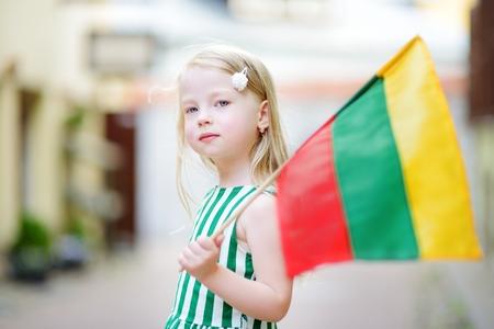 Cute petite fille tenant le drapeau lituanien tricolore lituanien Jour Statehood