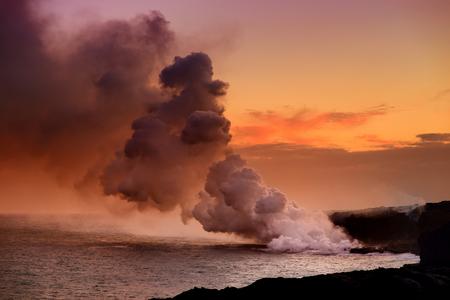 ハワイのキラウエア火山、火山国立公園、ハワイのビッグアイランドで煙の巨大な有毒プルームを作成する海に注ぐ溶岩