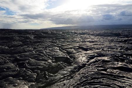 Champs de lave sans fin du Big Isalnd of Hawaii. Surface lisse et ondulée de la lave pahoehoe congelée. Hawaii, États-Unis. Banque d'images - 79146844