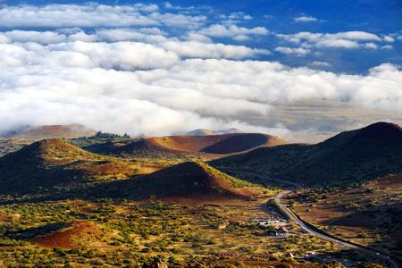 Vue imprenable sur le volcan Mauna Loa sur la grande île d'Hawaï. Le plus grand volcan subaérien en masse et en volume, le Mauna Loa a été considéré comme le plus grand volcan de la Terre.