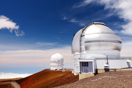 Observatoria bovenop de bergtop Mauna Kea. Astronomische onderzoeksfaciliteiten en grote telescoopobservatoria op de top van Mauna Kea op het Grote Eiland van Hawaï, Verenigde Staten