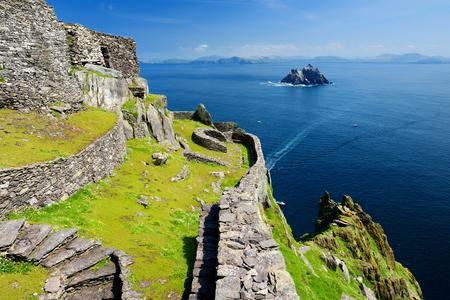 Skellig Michael oder Great Skellig, Heimat der zerstörten Überreste eines christlichen Klosters. Bewohnt von verschiedenen Seevögeln, darunter Tölpel und Papageientaucher.