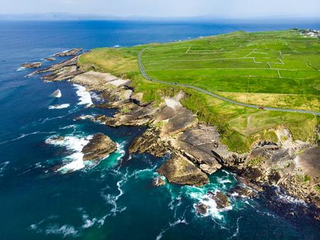 Vue aérienne spectaculaire de Mullaghmore Head avec d'énormes vagues roulant à terre. Paysages pittoresques avec le magnifique château de Classiebawn. Point de signature du Wild Atlantic Way, comté de Sligo, Irlande