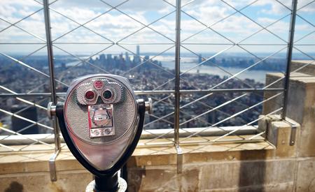 Prismáticos turísticos de monedas en la parte superior del Empire State Building en la Ciudad de Nueva York, EE.