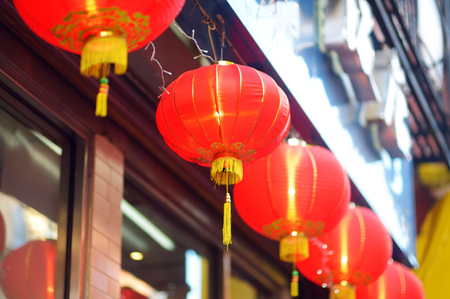 Beautiful red chinese lanterns and decorations in Chinatown, New York City, USA 免版税图像