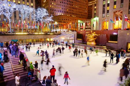 NUEVA YORK - 18 DE MARZO DE 2015: Turistas y neoyorquinos patinan en la famosa pista de patinaje del Rockefeller Center, Nueva York, Estados Unidos.