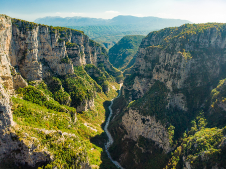 Aerial view of Vikos Gorge, a gorge in the Pindus Mountains of northern Greece, lying on the southern slopes of Mount Tymfi, one of the deepest gorges in the world. Zagori region, Greece. 版權商用圖片