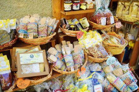 MANAROLA, ITALY - NOVEMBER 18, 2018: Various food, goods and small typical souvenirs sold at small shops at the pedestrian area of Manarola village, Cinque Terre, Liguria. Standard-Bild - 128986418
