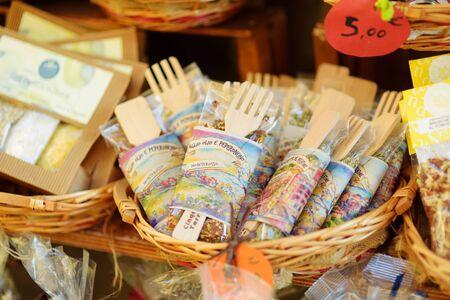 MANAROLA, ITALY - NOVEMBER 18, 2018: Various food, goods and small typical souvenirs sold at small shops at the pedestrian area of Manarola village, Cinque Terre, Liguria. Standard-Bild - 128986424