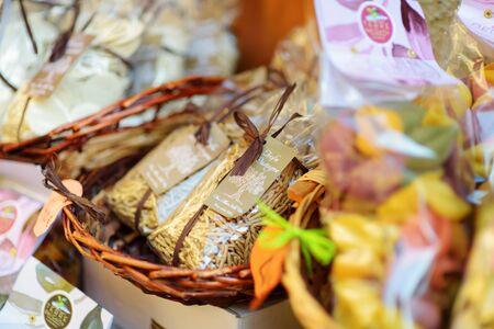 MANAROLA, ITALY - NOVEMBER 18, 2018: Various food, goods and small typical souvenirs sold at small shops at the pedestrian area of Manarola village, Cinque Terre, Liguria. Standard-Bild - 128986427